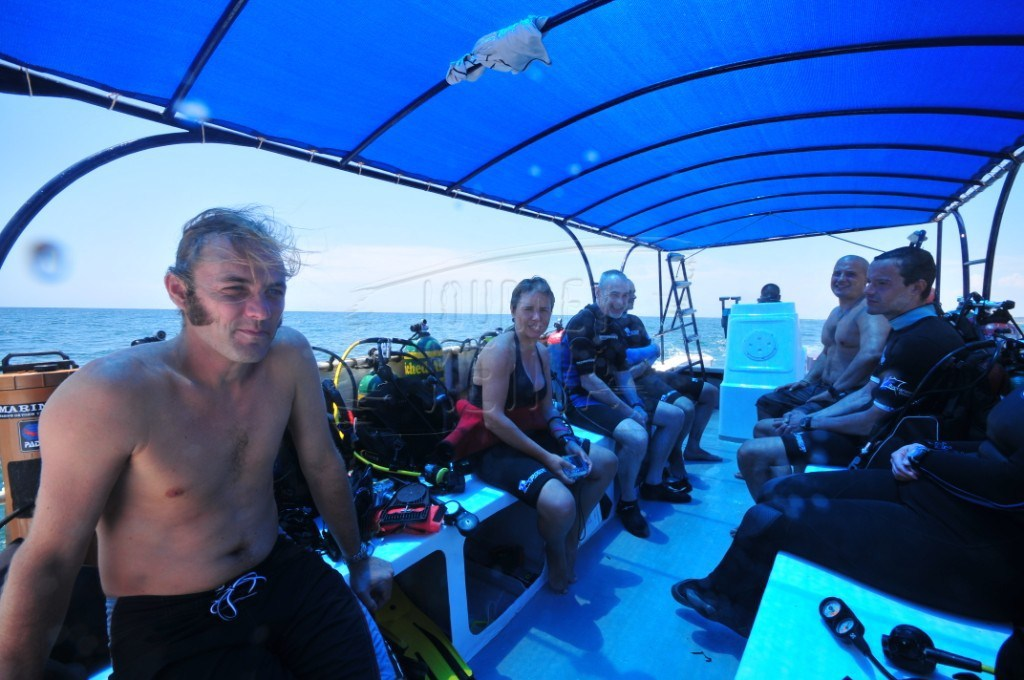 Divers sailing on the Indian Ocean